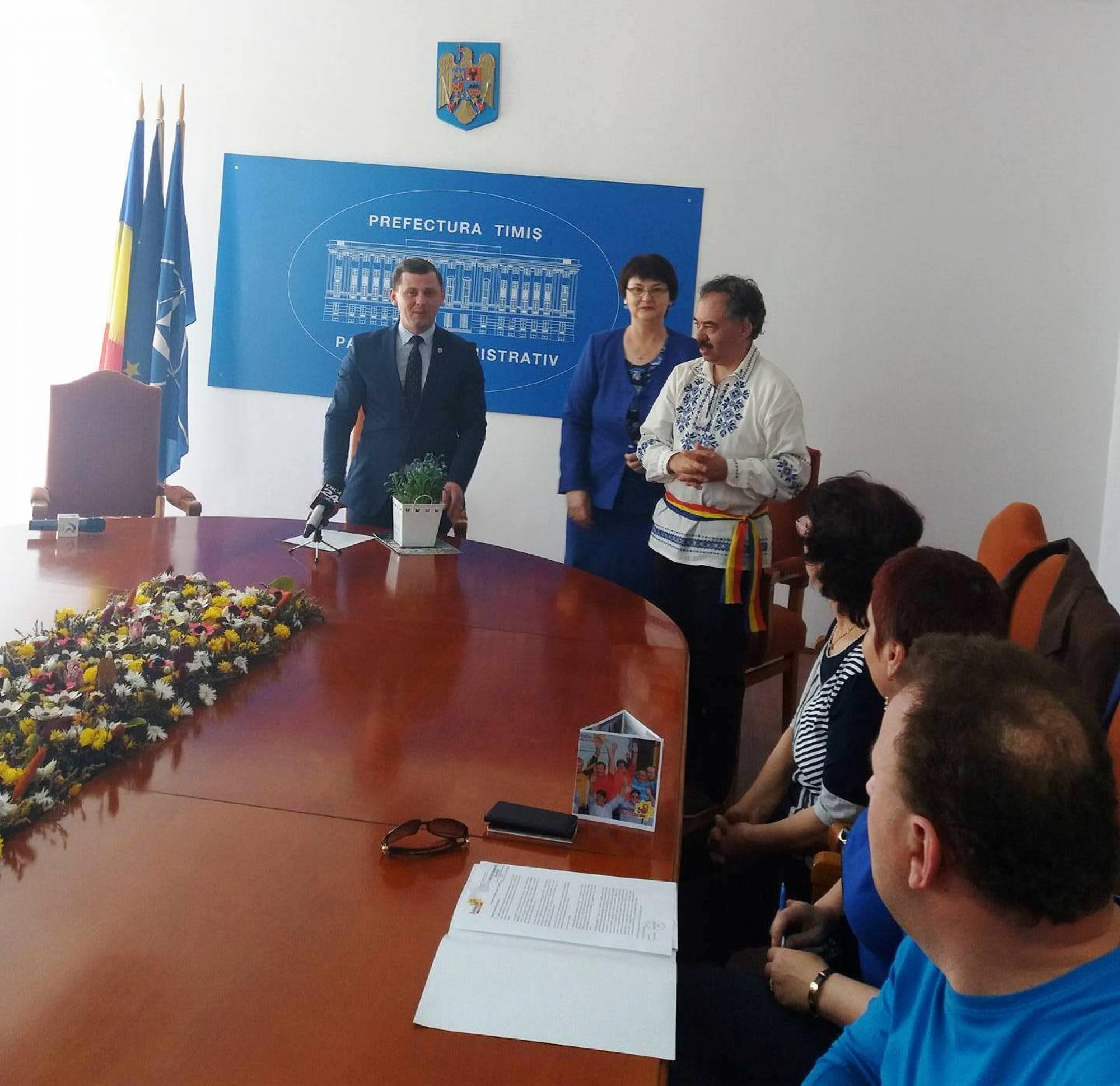 """Flori de """"Nu mă uita"""" oferite de cetăţenii cu autism Guvernului - 003"""